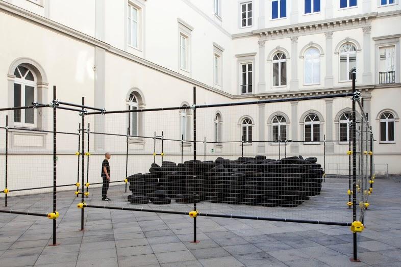 Allan Kaprow, Yard (9a versione) 2003-13 (dettaglio). Courtesy Fondazione Morra, Napoli. In comodato a Madre · museo d'arte contemporanea Donnaregina, Napoli. Foto © Amedeo Benestante. In esposizione fino a maggio 2014.