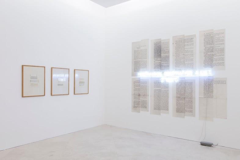 Joseph Kosuth, Praxis,1975; IT WAS IT #1 / Era #1, 1986 (veduta dell'allestimento). Collezione Lia Rumma, Napoli. In comodato a Madre · museo d'arte contemporanea Donnaregina, Napoli. Foto © Amedeo Benestante.