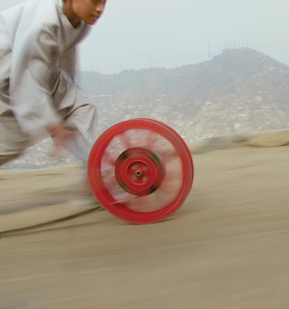 Francis Alÿs, Reel-Unreel, 2011, Kabul, Afghanistan, con Julien Devaux, Ajmal Maiwandi. Fotogramma (video-documentazione di un'azione). Courtesy l'artista; David Zwirner, New York-London.