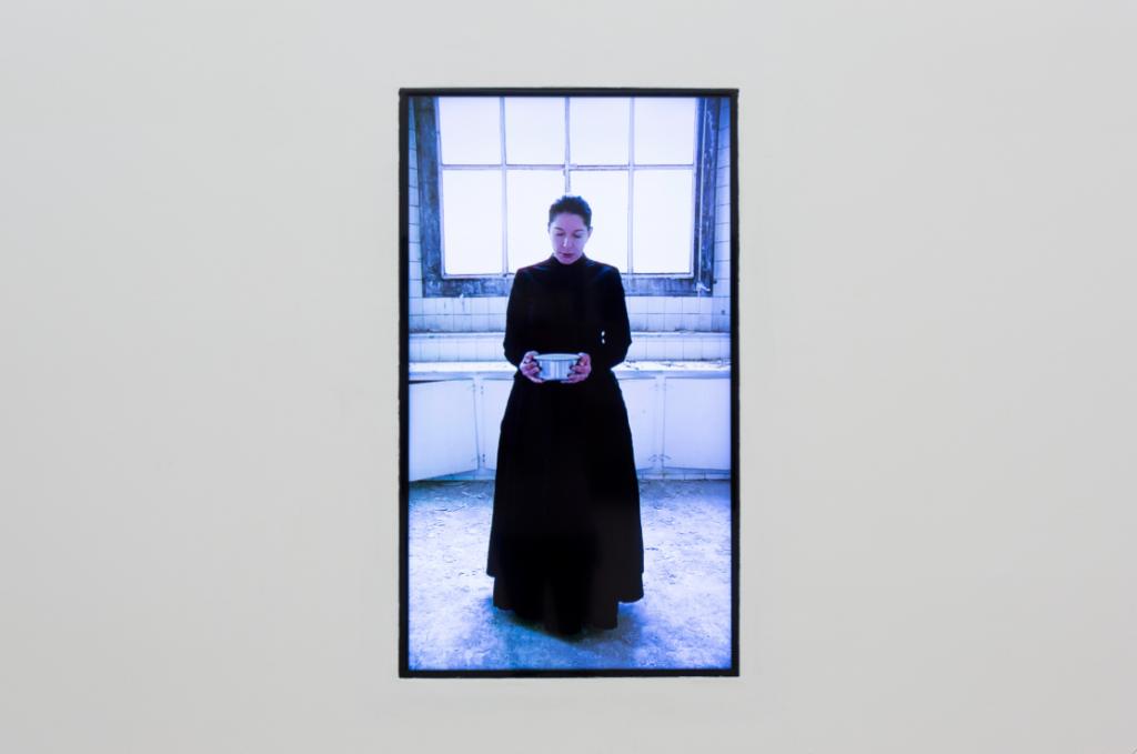 Marina Abramović, THE KITCHEN V Carrying Milk, 2009. Courtesy Galleria Lia Rumma, Milano-Napoli. In comodato a Madre · museo d'arte contemporanea Donnaregina, Napoli. Foto © Amedeo Benestante.
