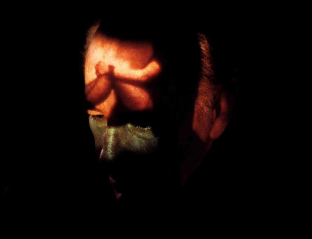Ricostruzione della memoria a percezione spenta, 1988, conferenza-performance, prima presentazione a Villa Pignatelli, Napoli (stampa lambda di una foto di Elisabetta Catalano in Studio, dettaglio). © Performance: Fabio Mauri; © Foto: Elisabetta Catalano. Courtesy Estate Fabio Mauri; Hauser & Wirth.
