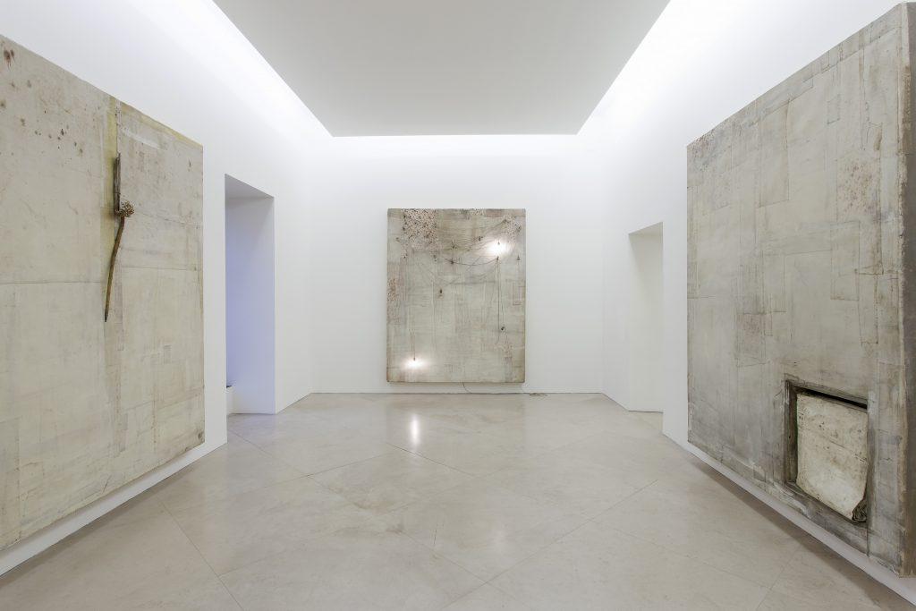 Lawrence Carroll, Untitled / Senza titolo, 2013, veduta dell'installazione. Collezione privata. In comodato a Madre · museo d'arte contemporanea Donnaregina, Napoli. Foto © Amedeo Benestante.