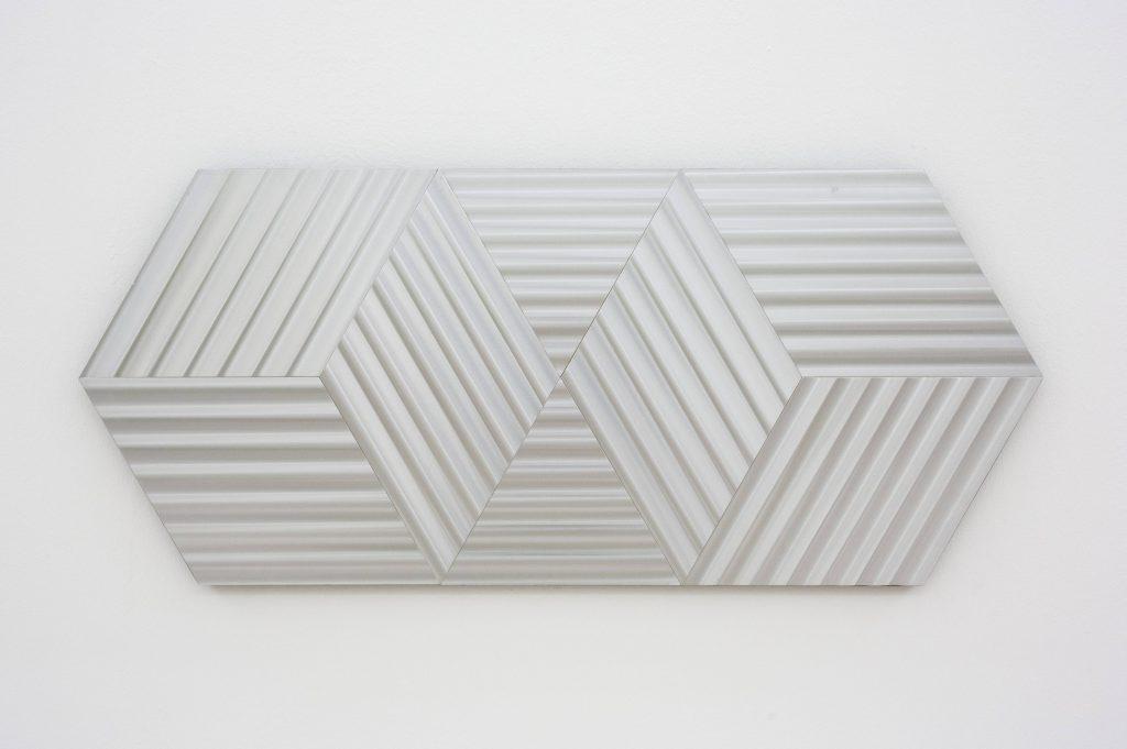 Getulio Alviani, Textura vibratile, esagoni e 2 cubi verticali, 1972. Collezione Dina Caròla, Napoli. In comodato a Madre · museo d'arte contemporanea Donnaregina, Napoli. Foto © Amedeo Benestante.