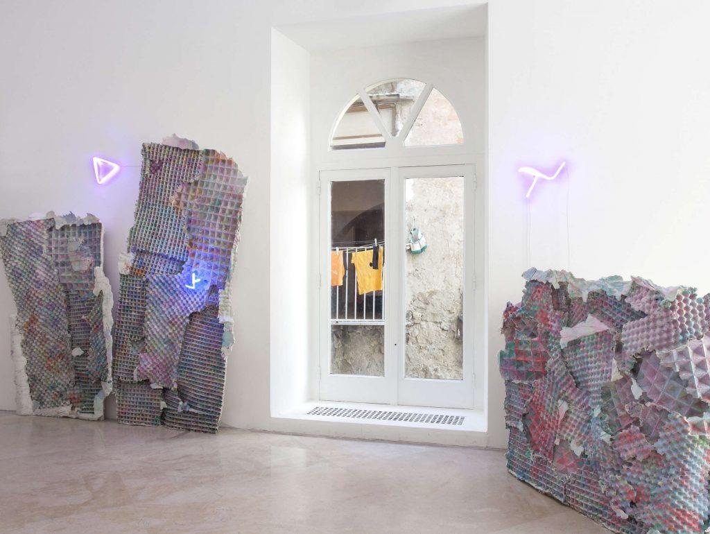 Giulio Delvè, Enigma (dettaglio), 2014. Installazione site-specific. Courtesy l'artista. In comodato a Madre · museo d'arte contemporanea Donnaregina, Napoli. Foto © Amedeo Benestante.
