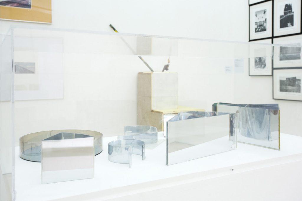 Dan Graham, Untitled / Senza titolo, 1980-1985. Collezione Enea Righi, Bologna. In comodato a Madre · museo d'arte contemporanea Donnaregina, Napoli. Foto © Amedeo Benestante.