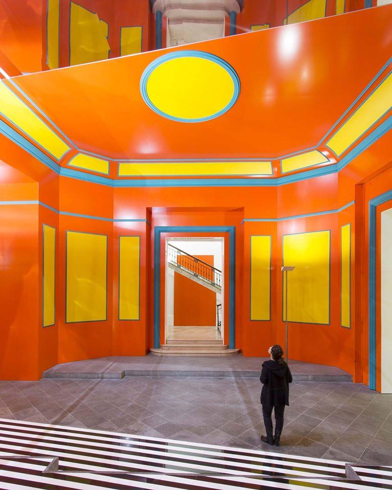 Daniel Buren, Axer / Désaxer. Lavoro in situ, 2015, Madre, Napoli – #2. © Daniel Buren. Courtesy l'artista, Fondazione Donnaregina per le arti contemporanee, Napoli. Foto © Amedeo Benestante.