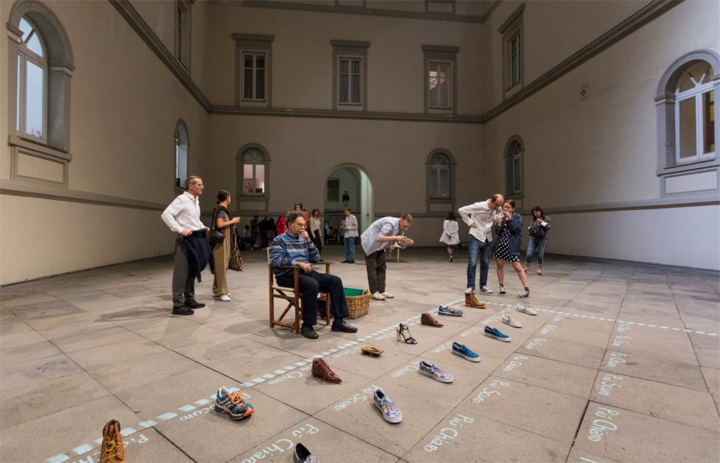 Darren Bader, chess: shoes, s.d. Courtesy l'artista; Sadie Coles HQ, London; Fondazione Donnaregina per le arti contemporanee, Napoli. Foto © Amedeo Benestante.