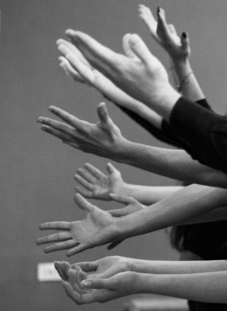 """Rosy Rox, Il Dono, 2014, performance dal workshop """"si mostra in quanto si dona"""", Galleria dell'Accademia, Accademia di Belle Arti, Napoli. Courtesy l'artista."""